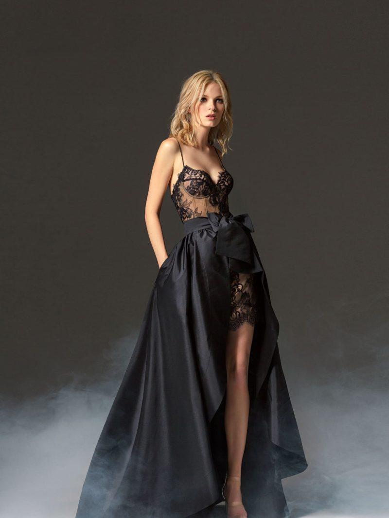 Черное вечернее платье с пудровой подкладкой и открытым лифом.