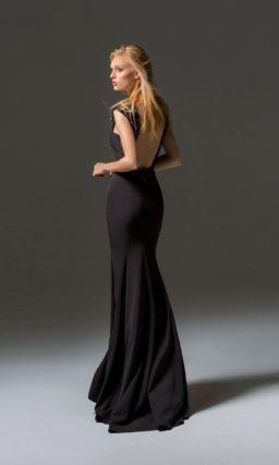 Черное вечернее платье облегающего кроя с широкими бретелями.