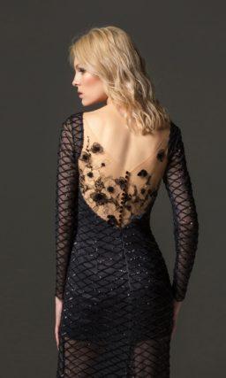 Черное вязаное платье облегающего кроя с открытой спинкой.