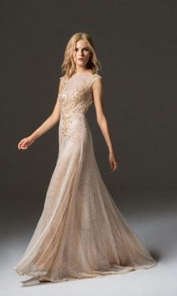 Золотистое вечернее платье прямого кроя с закрытым лифом.