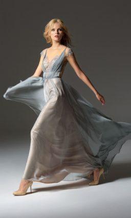 Серебристое вечернее платье прямого кроя с коротким рукавом и открытой спинкой.