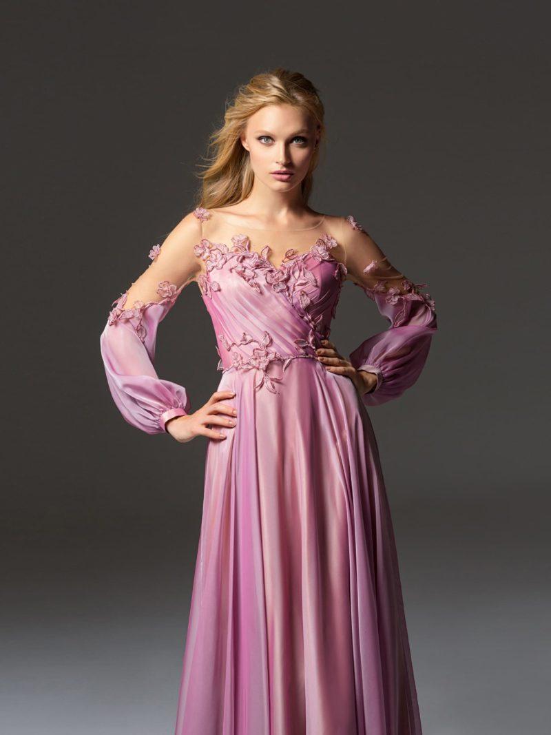 Розовое вечернее платье прямого кроя с длинным рукавом.