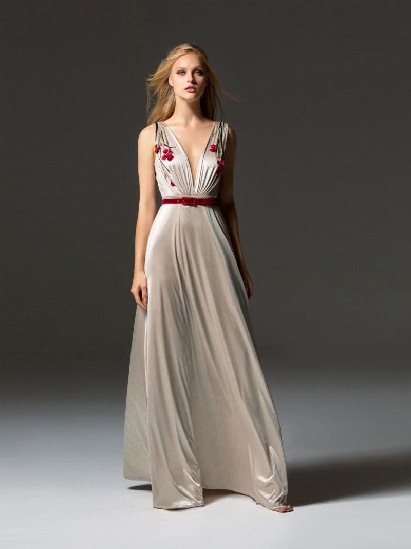 Прямое вечернее платье цвета слоновой кости с алым поясом.