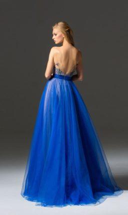 Голубое вечернее платье пышного силуэта с цветочной вышивкой.