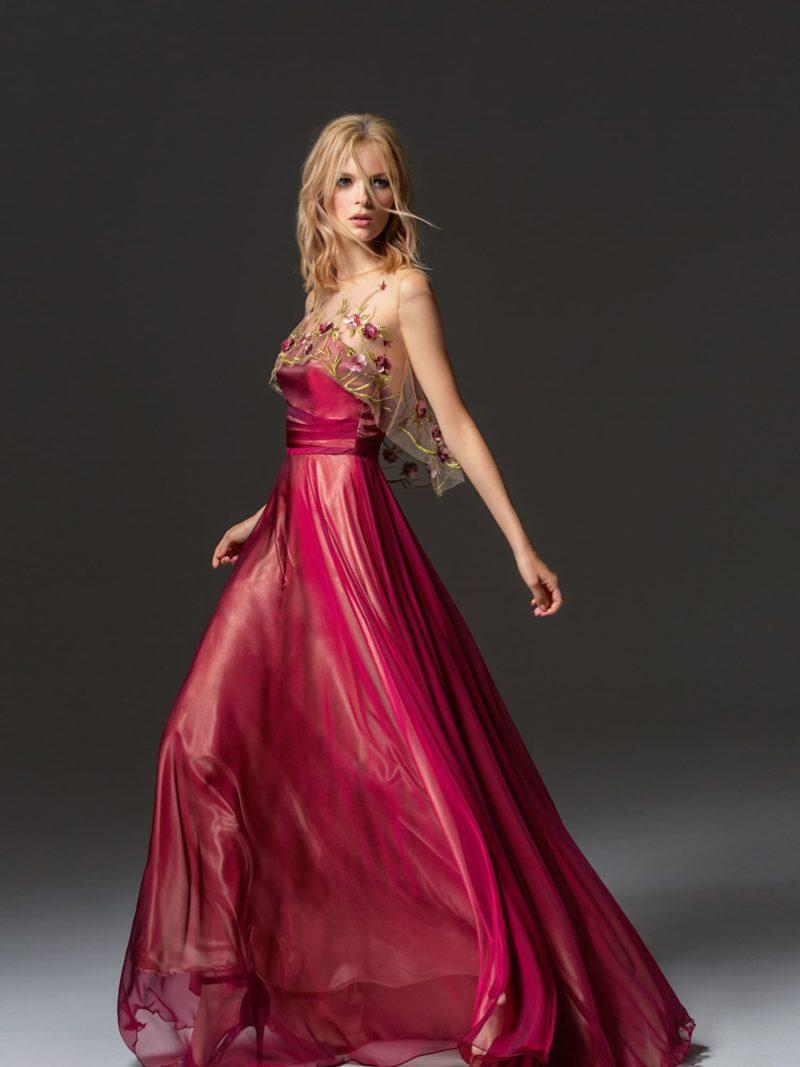 Красное вечернее платье прямого кроя с короткой пелериной.