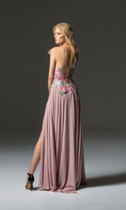 Розовое вечернее платье прямого кроя с разрезом на юбке.