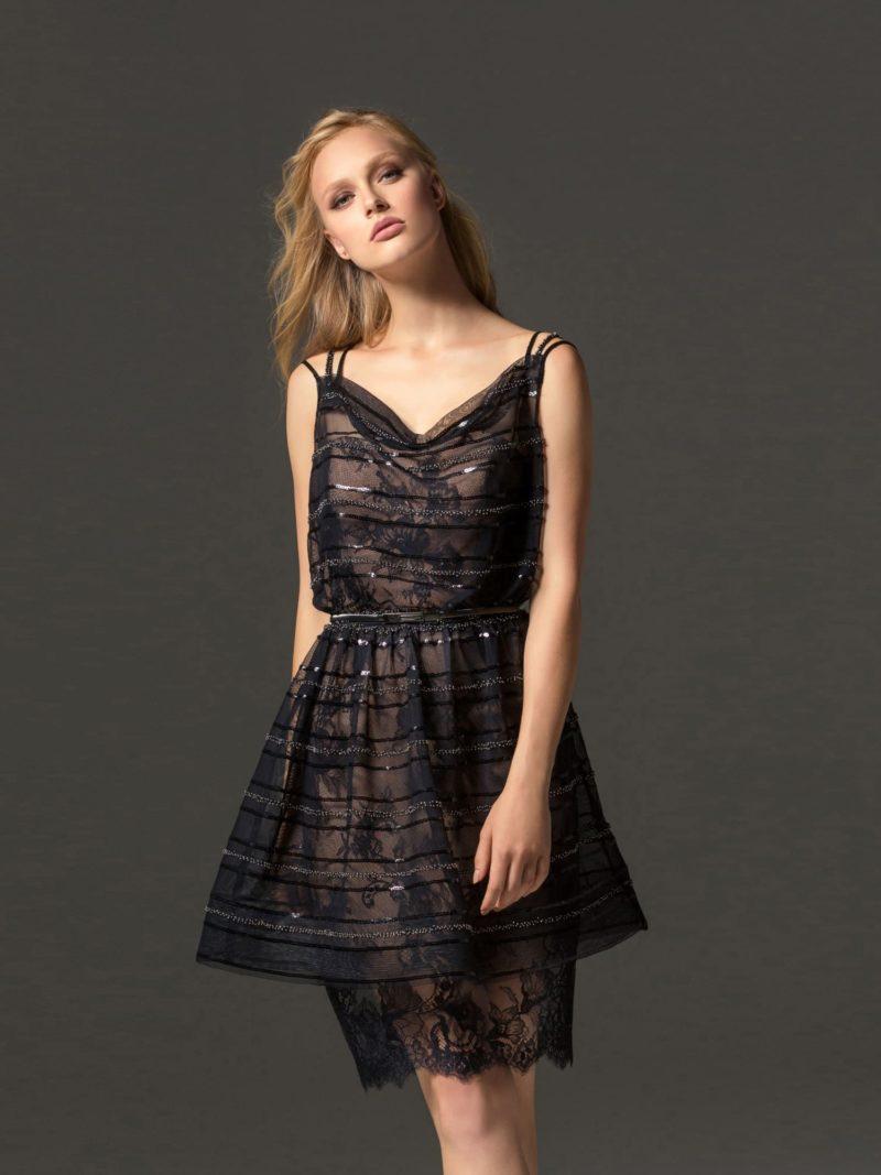 Черное вечернее платье с открытым лифом и двойной юбкой.