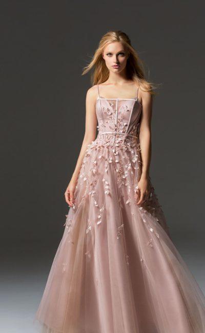 Розовое вечернее платье с открытым верхом и воздушной юбкой.