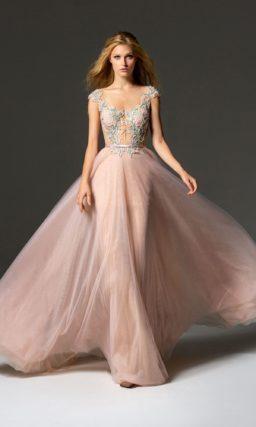 Розовое вечернее платье с поясом и отделкой аппликациями.