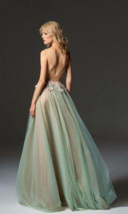 Прямое вечернее платье с открытым лифом на бретелях-спагетти.