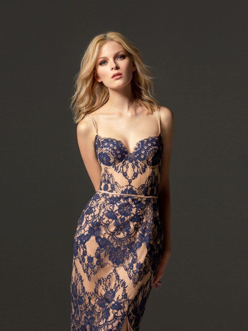 Облегающее вечернее платье с синим кружевом на бежевой подкладке.