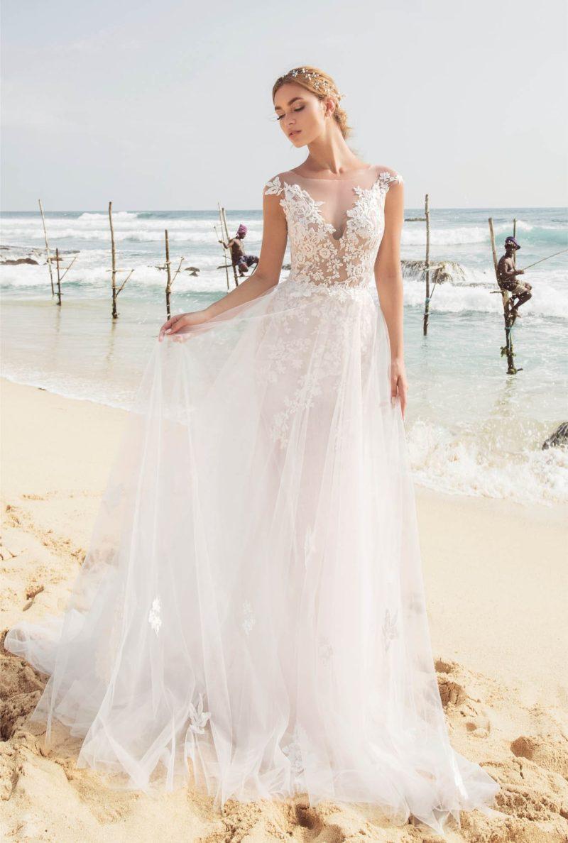 Свадебное платье с двойной юбкой и прозрачной спинкой.