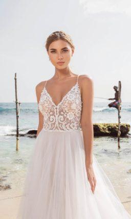 Свадебное платье с многослойной юбкой и лифом на узких бретелях.