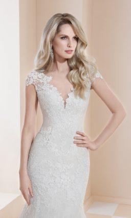 Свадебное платье «русалка» с романтичным декором и открытой спинкой.