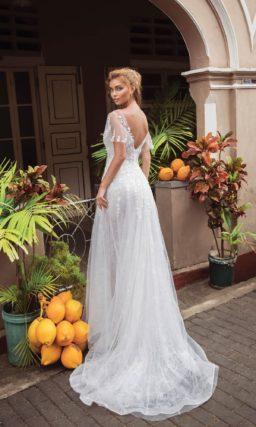 Прямое свадебное платье с широкими рукавами и округлым вырезом.