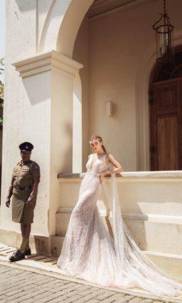 Свадебное платье «русалка» с глубоким вырезом и узким поясом на талии.