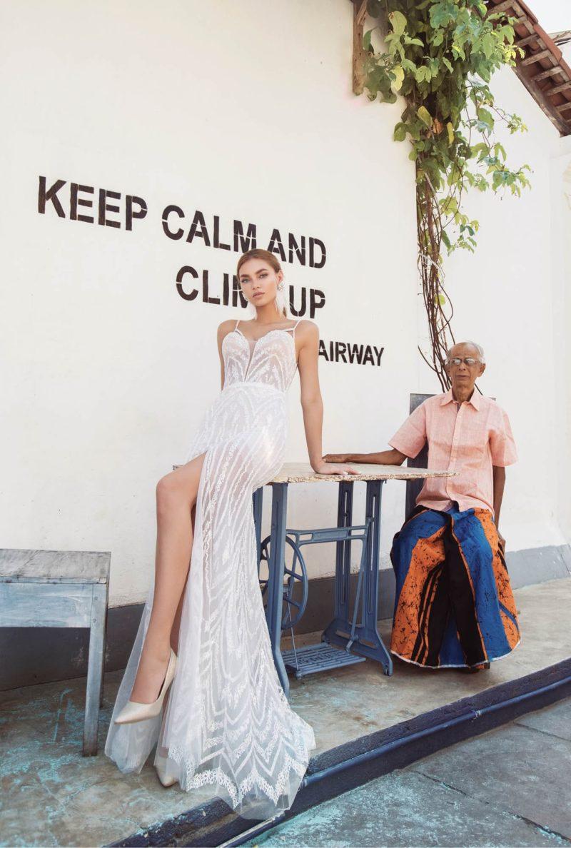 Обтягивающее свадебное платье с высоким разрезом и шлейфом сзади.