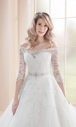 Пышное свадебное платье  с открытым верхом и кружевным рукавом.