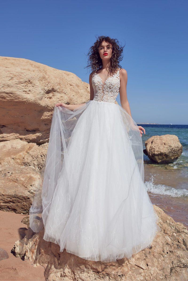 Многослойное свадебное платье с бежевым корсетом и тонкой вставкой сзади.