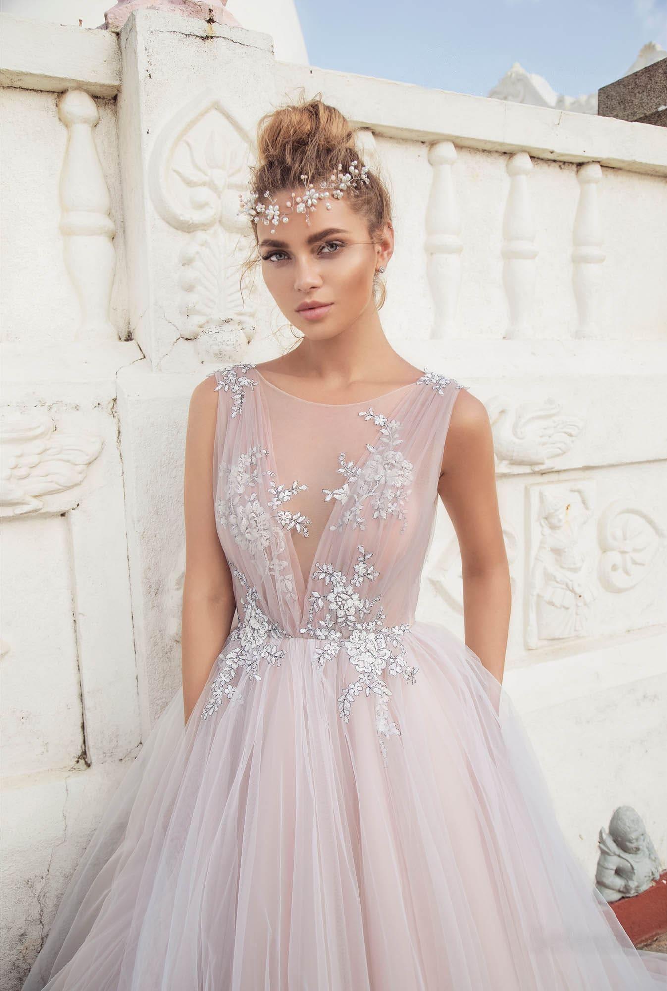Розовое свадебное платье пышного кроя с отделкой из драпировок.