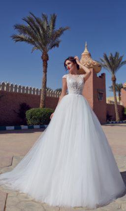 Свадебное платье с пышной юбкой и сетчатой отделкой по корсету.