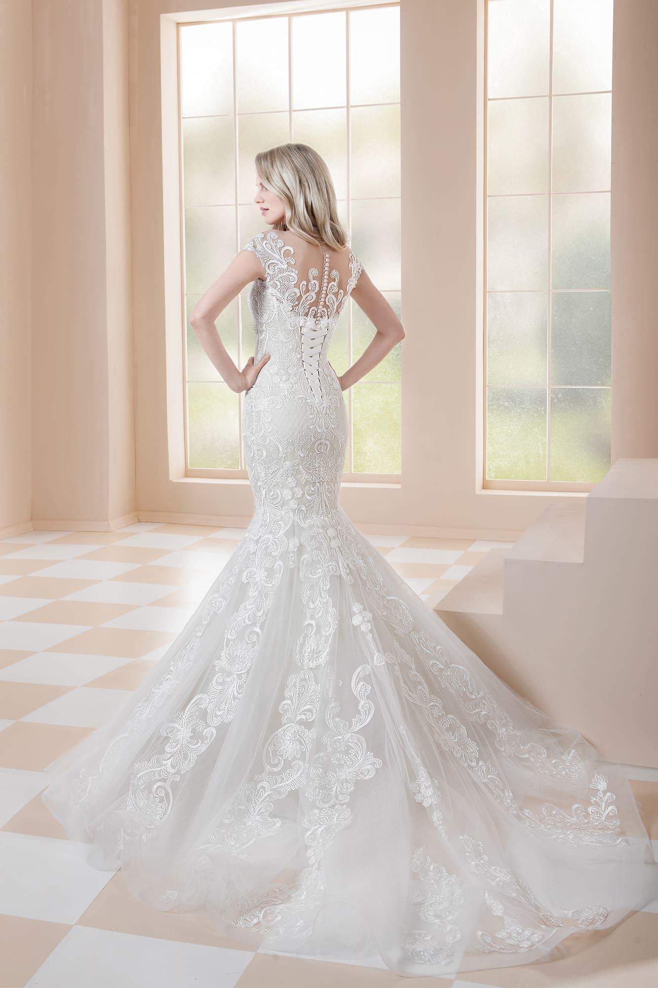 Романтичное свадебное платье «рыбка» без рукавов, с открытой спинкой.