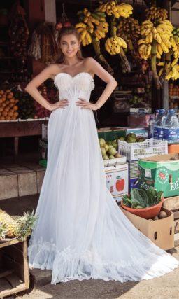 Прямое свадебное платье в богемном стиле, с открытым лифом.