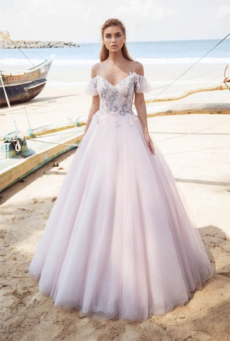 Свадебное платье розового цвета с кружевом на корсете и пышным кроем.