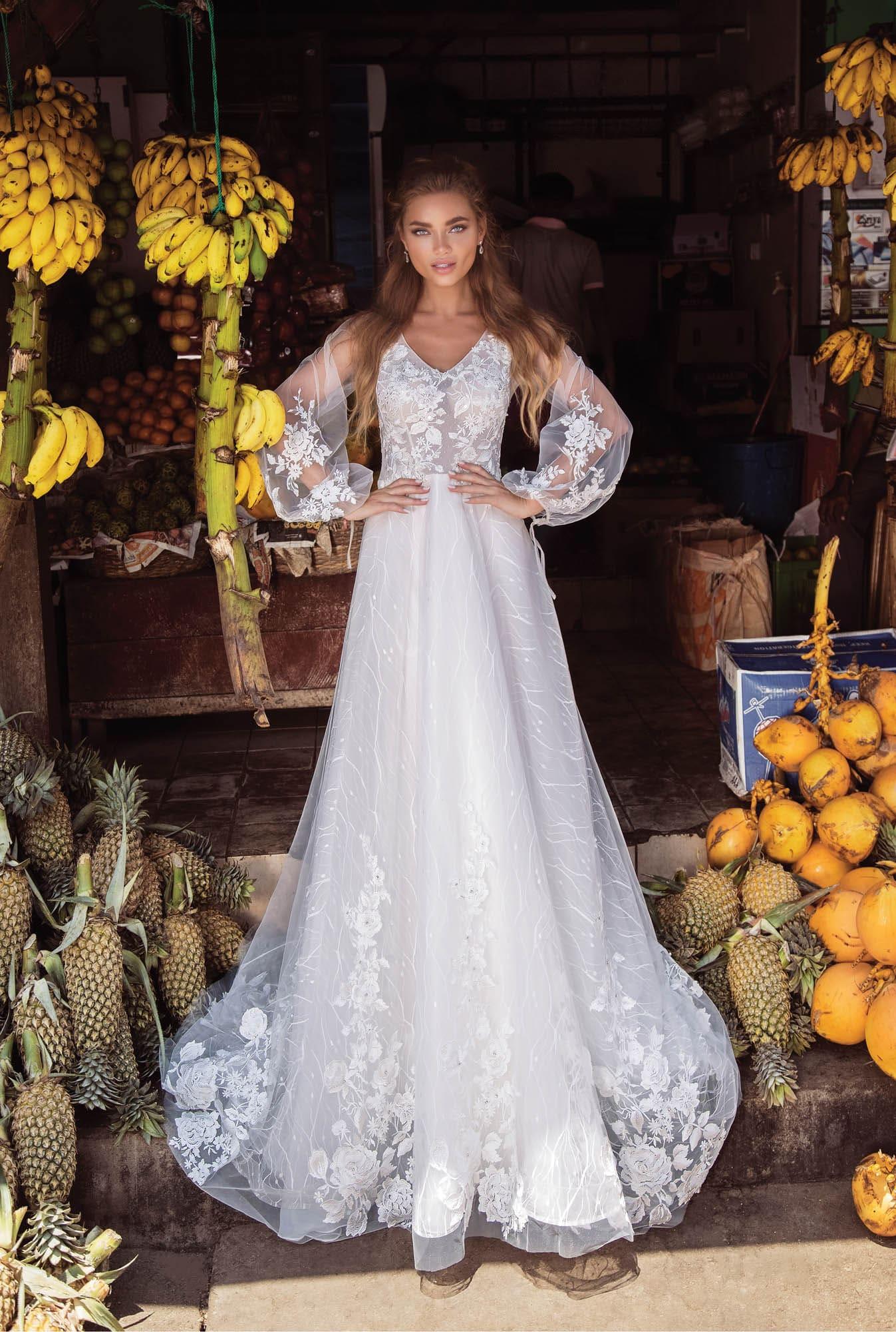 Свадебное платье с длинным широким рукавом и небольшим декольте.