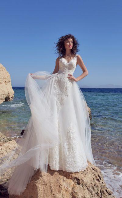 Нежное свадебное платье с плотным кружевным декором и открытой спинкой.