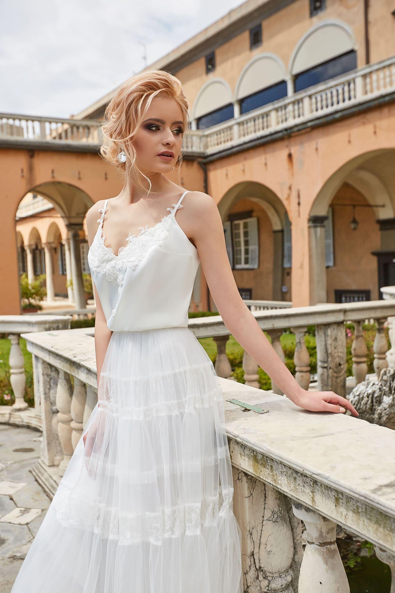 Богемное свадебное платье пышного кроя с открытым лифом на бретелях.