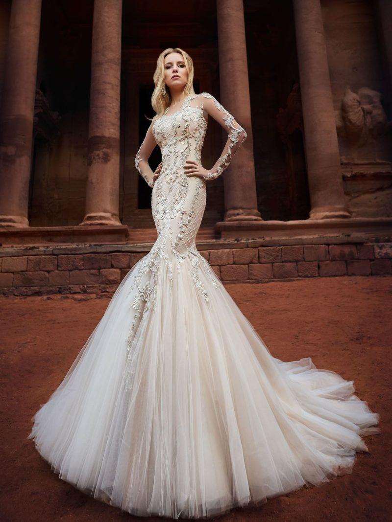 Чарующее свадебное платье «русалка» на бежевой подкладке под кружевом.