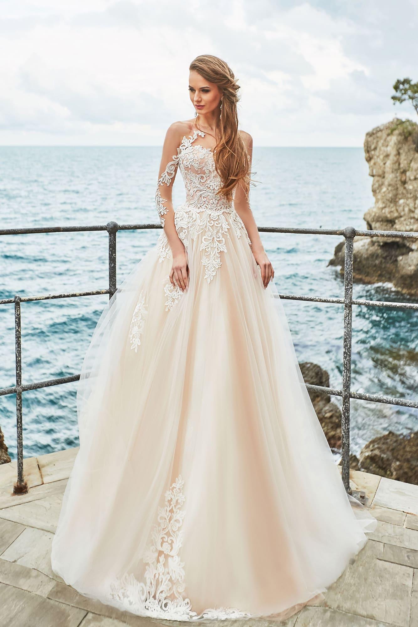 47fba581061c12 Воздушное свадебное платье с кружевной отделкой и персиковым оттенком ткани.