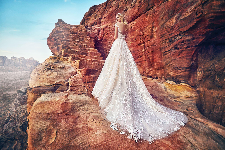 Пышное свадебное платье с крупным рисунком кружевного декора.