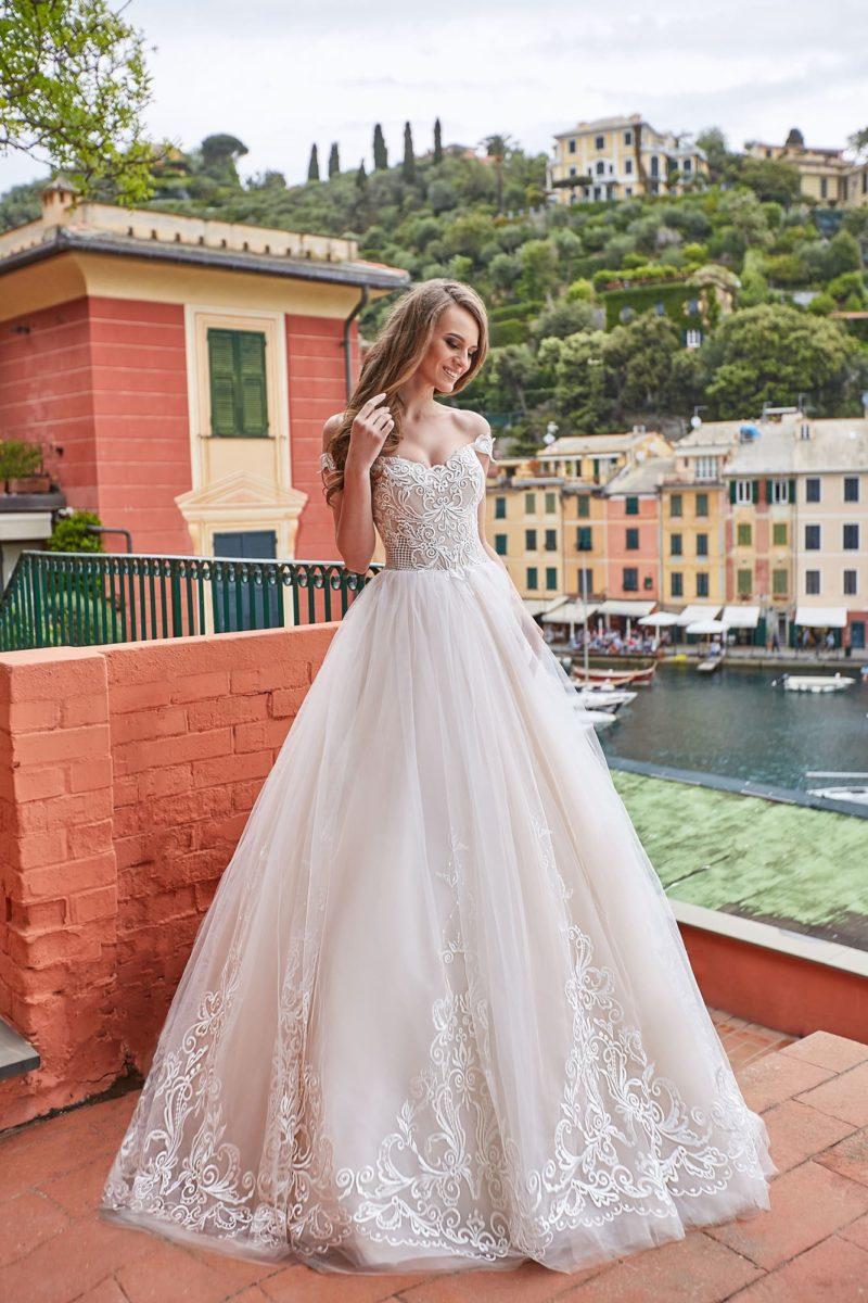 Свадебное платье с фигурным открытым лифом и аппликациями на юбке.