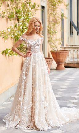 Кружевное свадебное платье с портретным вырезом и длинным шлейфом.