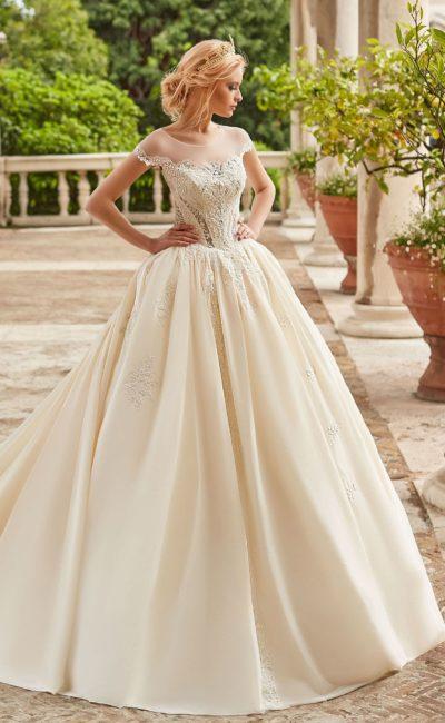 Пышное бежевое свадебное платье