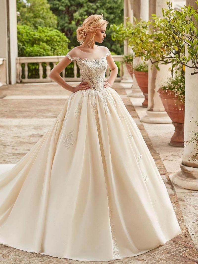 Пышное свадебное платье с длинным шлейфом и портретным лифом.