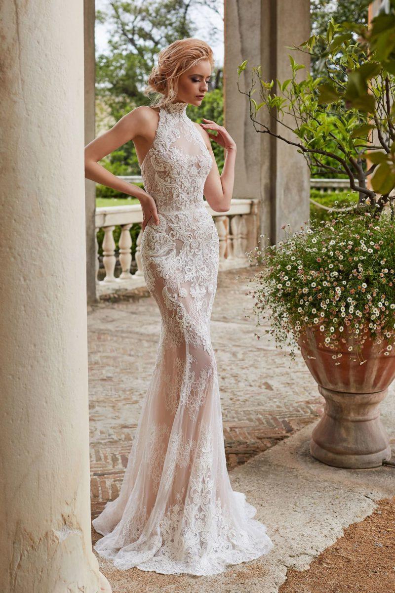 Чувственное облегающее свадебное платье с кружевом и открытой спиной.