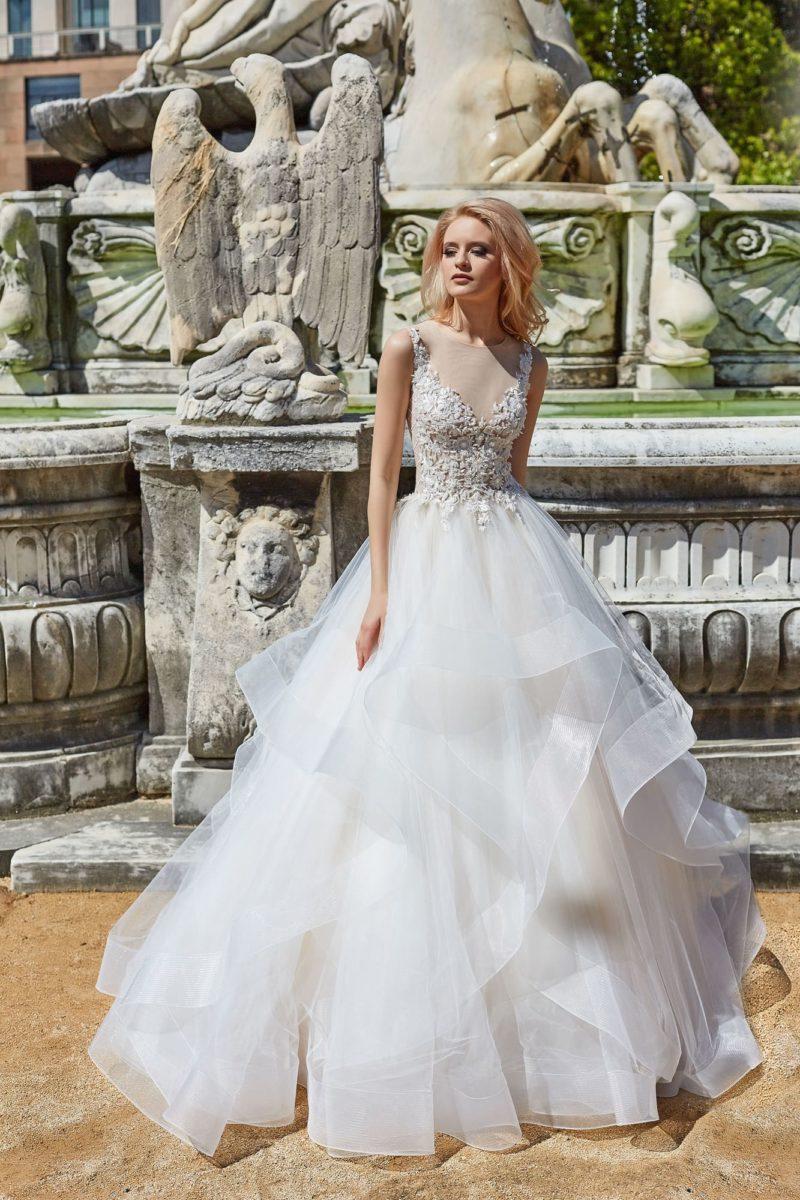 Свадебное платье с пышной многоярусной юбкой и открытым лифом.