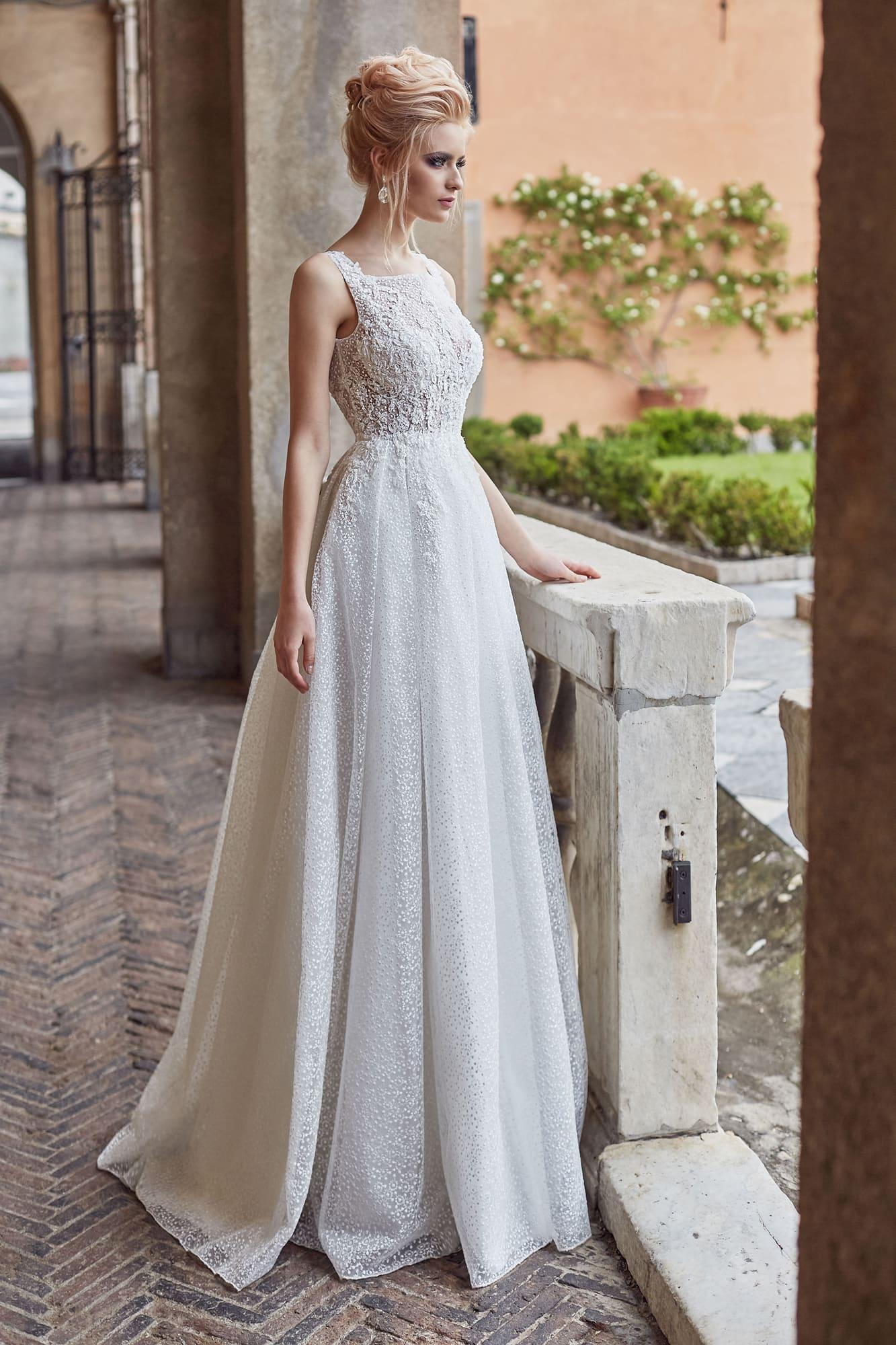 Фактурное свадебное платье с открытой спиной и вышивкой на юбке.