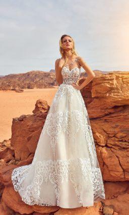 Открытое свадебное платье с лифом «сердечком».