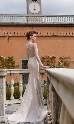 Свадебное платье облегающего кроя, с открытой спинкой и рукавом.