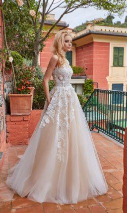 Свадебное платье кремового цвета с кружевным лифом и пышным низом.