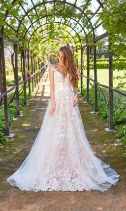 Свадебное платье с цветочным декором и открытым лифом.