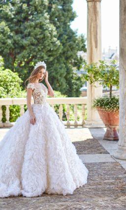 Свадебное платье с пышной юбкой с объемной цветочной отделкой.