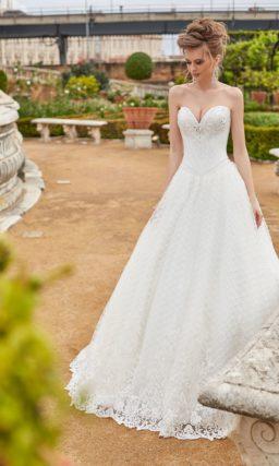 Стильное свадебное платье пышного кроя с открытым лифом «сердечком».