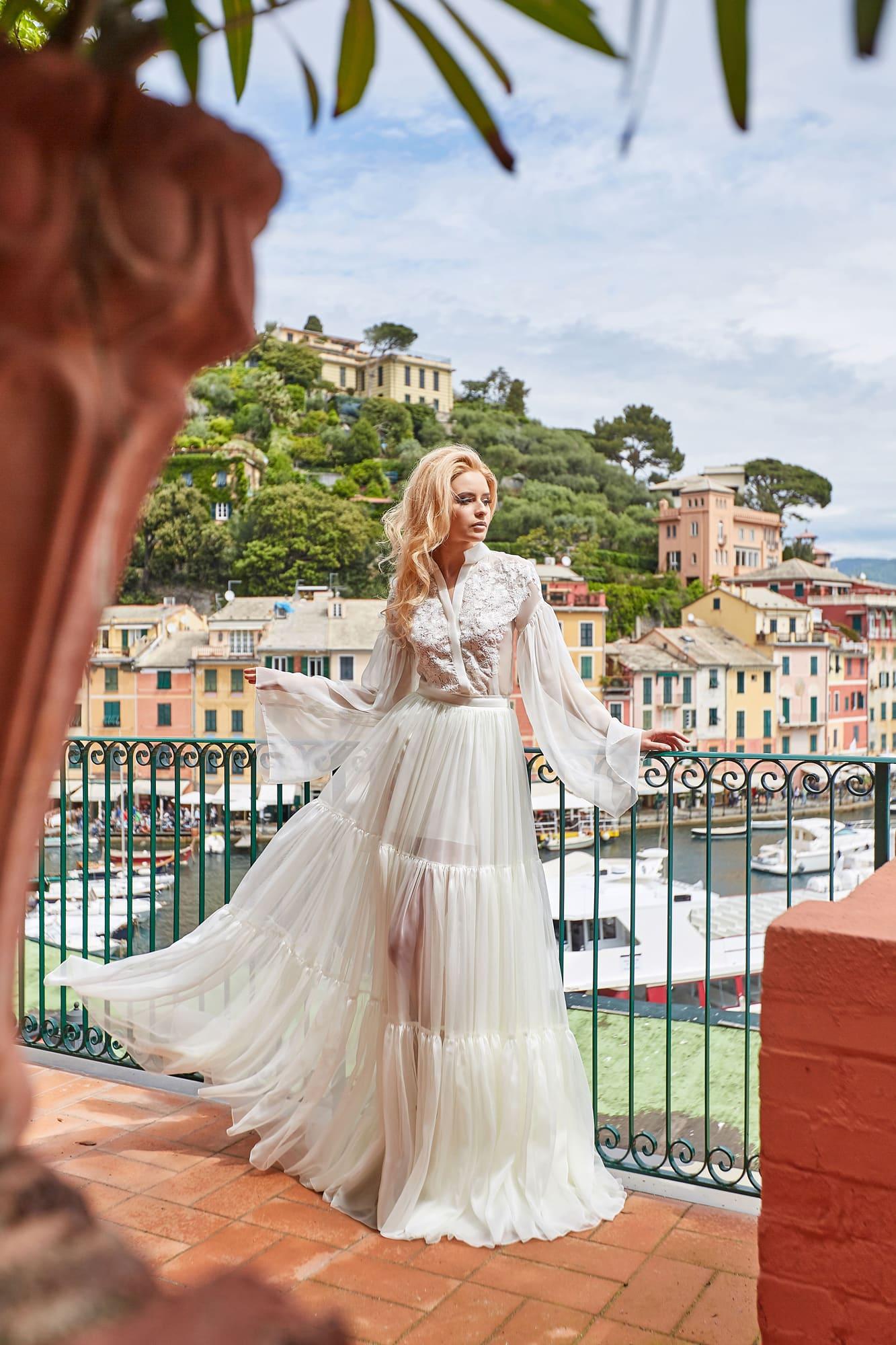 Романтичное свадебное платье оригинального кроя, с длинным рукавом.