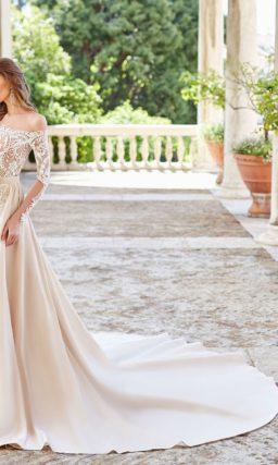 Кружевное свадебное платье со съемной верхней юбкой из атласа.