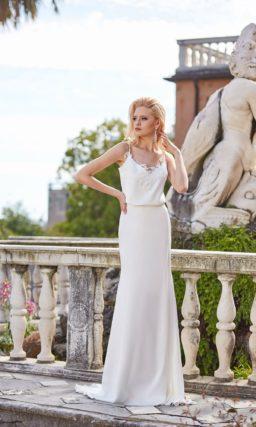 Свадебное платье прямого силуэта, с открытым лифом и шлейфом.